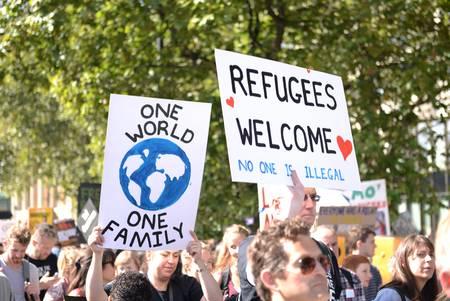 "Demonstranten mit ""Refugees Wellcome"" Plakat und anderen"